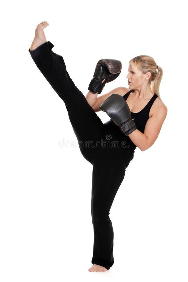 Wijfje dat kickboxer voorschop doet stock foto's