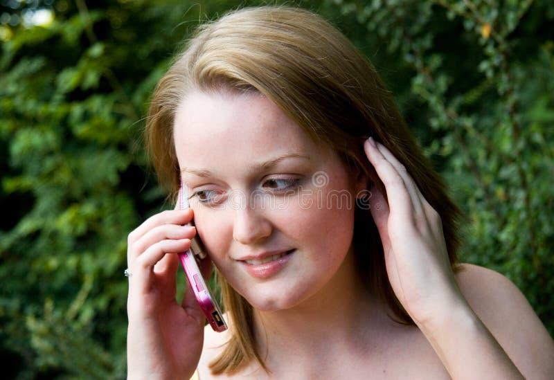 Wijfje dat Mobiele Telefoon met behulp van stock afbeeldingen