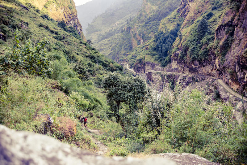 Wijfje die backpacker met rugzak in Himalayagebergte, Nepal beklimmen royalty-vrije stock foto