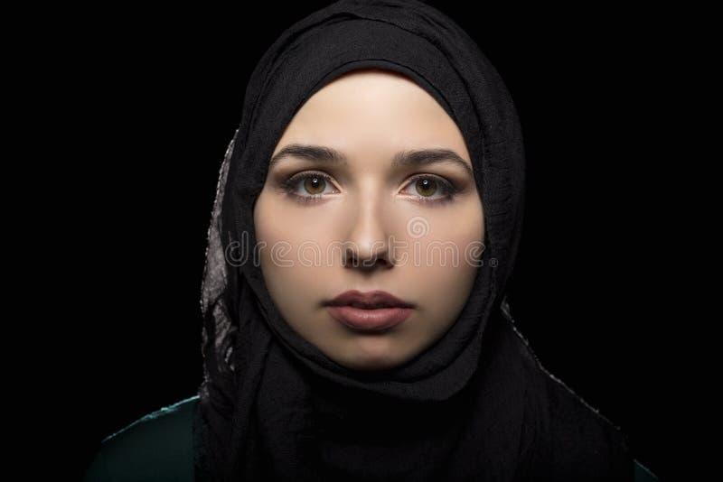 Wijfje die een Zwarte Hijab dragen stock afbeelding