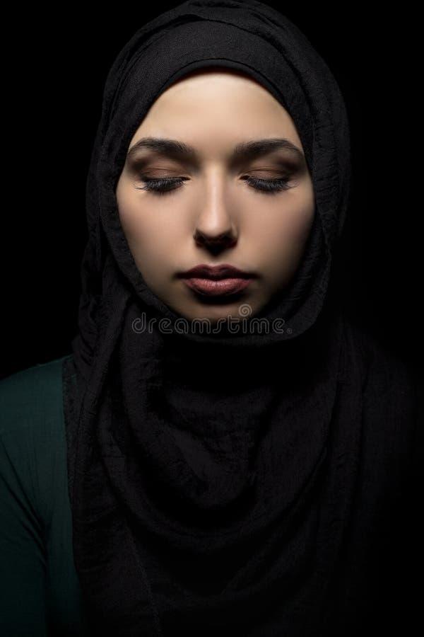 Wijfje die een Zwarte Hijab dragen royalty-vrije stock foto's