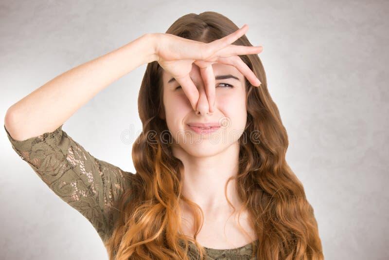 Wijfje die Haar neus behandelen stock fotografie