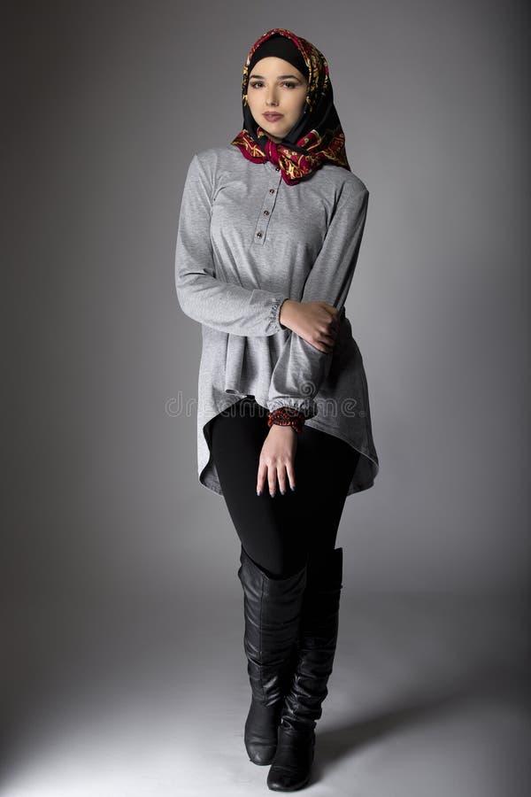 Wijfje die Hijab-Manier in Studio modelleren stock afbeeldingen
