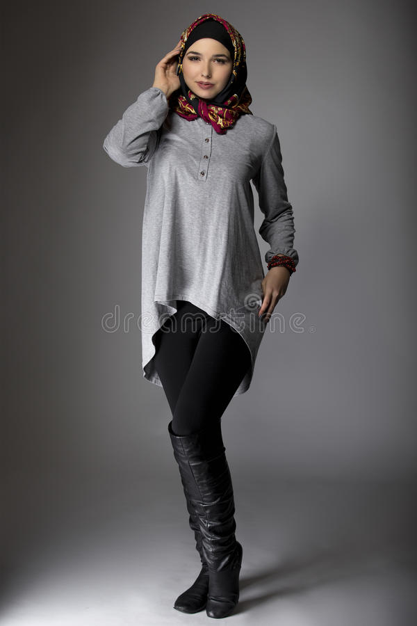 Wijfje die Hijab-Manier in Studio modelleren stock foto
