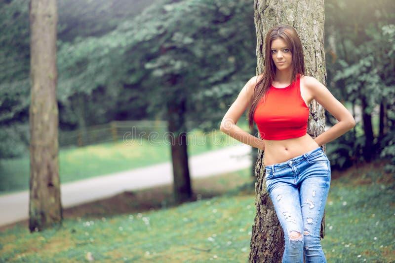 Wijfje die jeans in bos dragen stock afbeeldingen