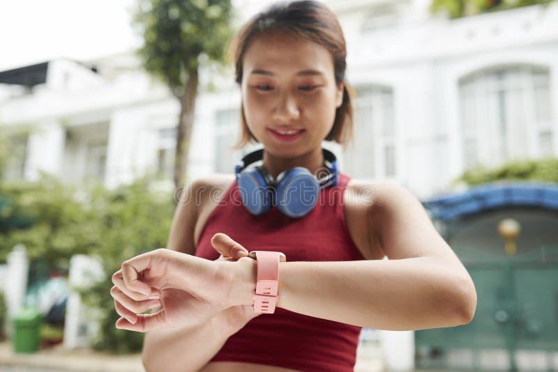 Wijfje die jogger impuls controleren stock afbeelding