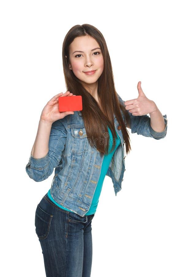 Wijfje die lege creditcard tonen en duim gesturing stock foto