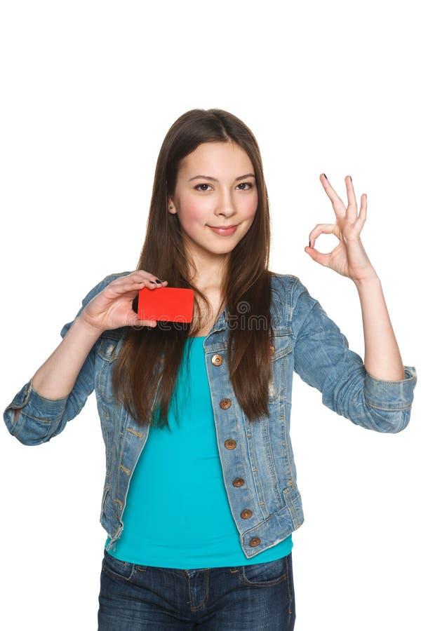 Wijfje die lege creditcard tonen en o.k. gesturing royalty-vrije stock foto