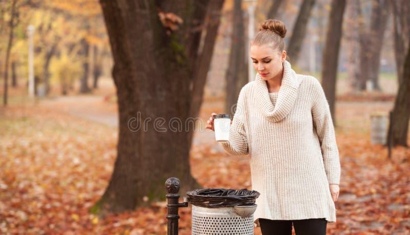 Wijfje die lege koffiekop werpen stock afbeeldingen