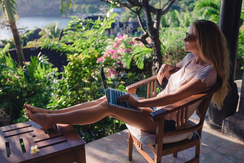 Wijfje die met haar laptop in openlucht werken stock afbeelding