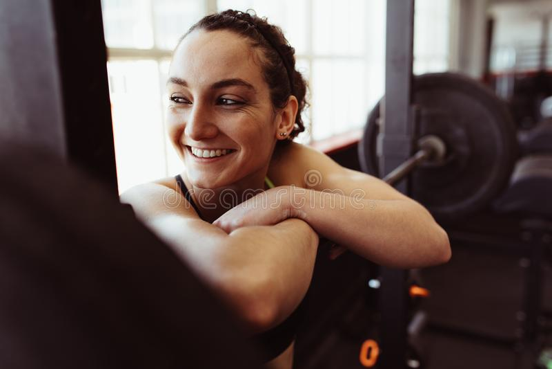 Wijfje die rust na intense opleiding in gymnastiek nemen stock foto