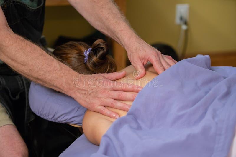 Wijfje die therapeutische massage ontvangen stock foto