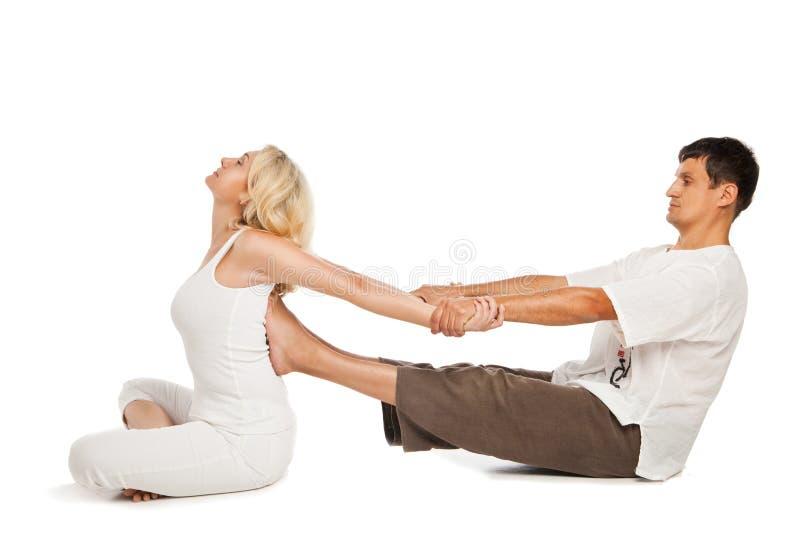 Wijfje die traditionele Thaise massage ontvangen stock foto