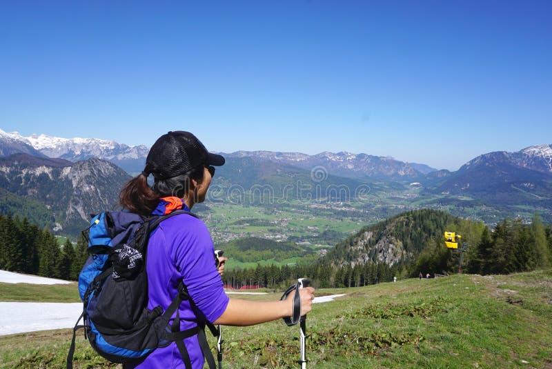 Wijfje die trekker zich met de achtergrond van het berglandschap bevinden royalty-vrije stock fotografie