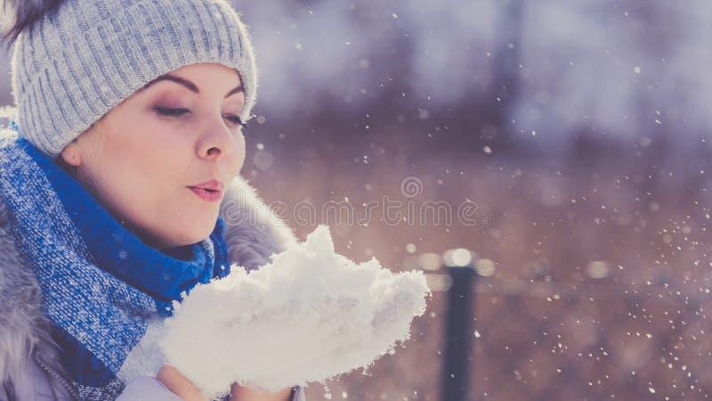 Wijfje die warme uitrusting dragen tijdens de winter stock foto