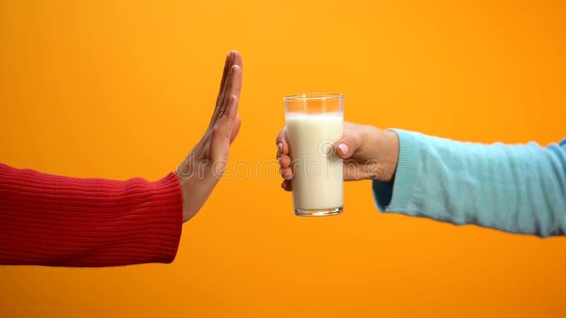 Wijfje die weigeren melk te drinken die eindegebaar op heldere achtergrond, gezondheid tonen stock afbeeldingen