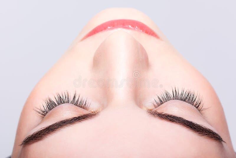 Wijfje gesloten oog en brows met dagmake-up stock foto's