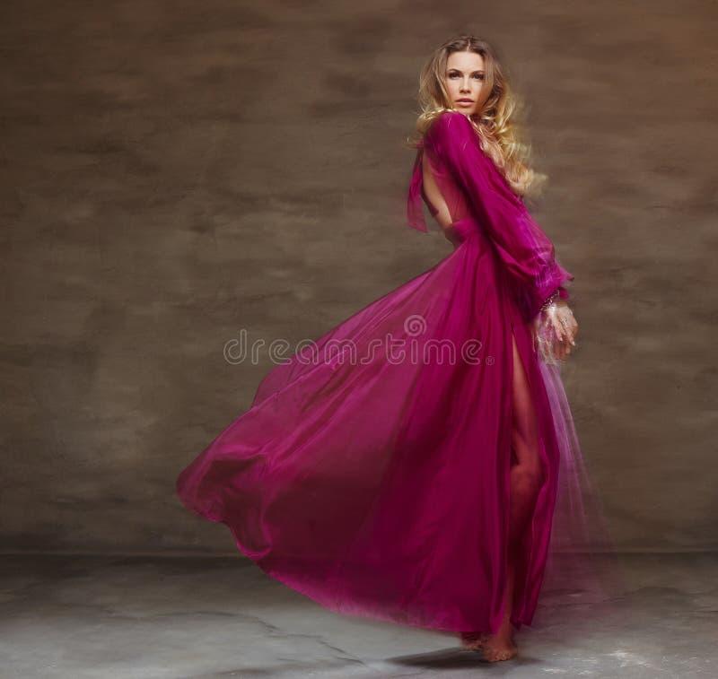 Wijfje in lang rode kleding royalty-vrije stock fotografie