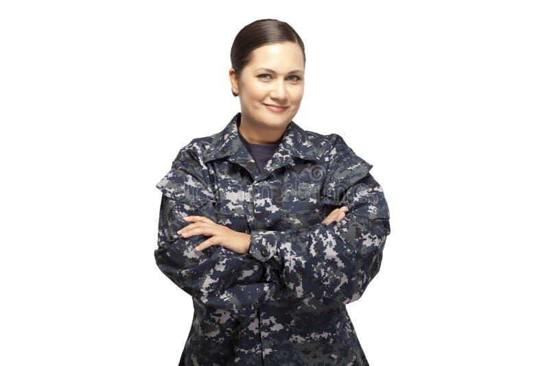 Wijfje in marine eenvormig met gekruiste wapens stock foto