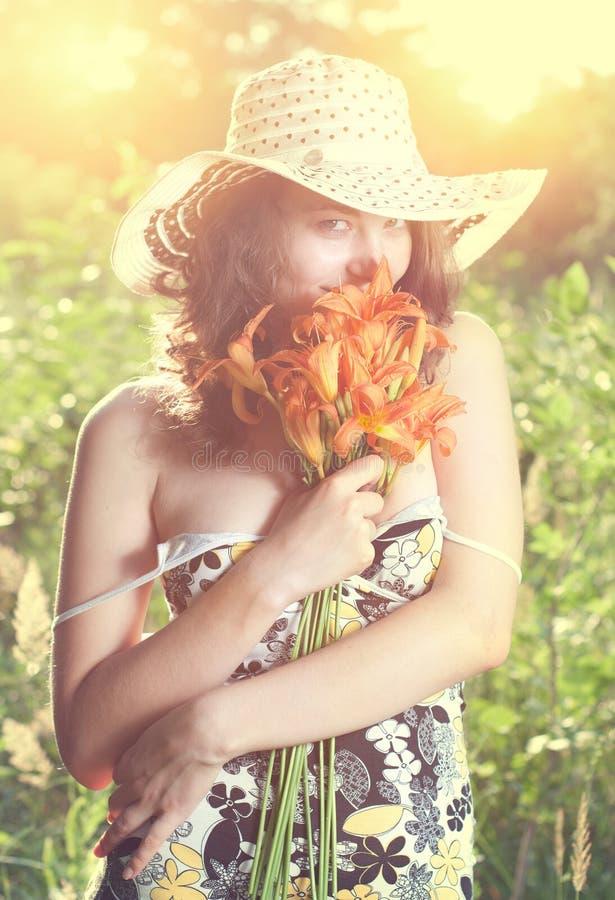 Wijfje met bloemen stock afbeeldingen
