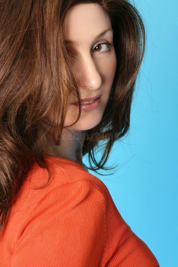 Wijfje met bruin haar met kastanjebruine hoogtepunten royalty-vrije stock afbeeldingen