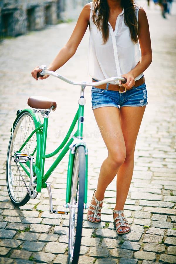 Wijfje met fiets stock afbeelding