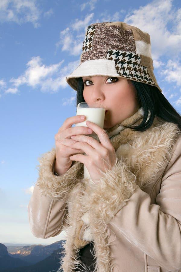 Wijfje met glas melk stock afbeeldingen