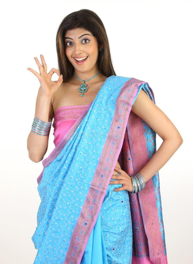 Wijfje met het blauwe uitstekend zeggen van Sari stock afbeeldingen