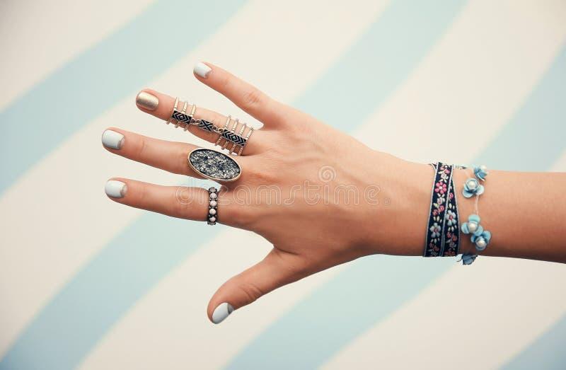 Wijfje met juwelen op kleurenachtergrond stock foto