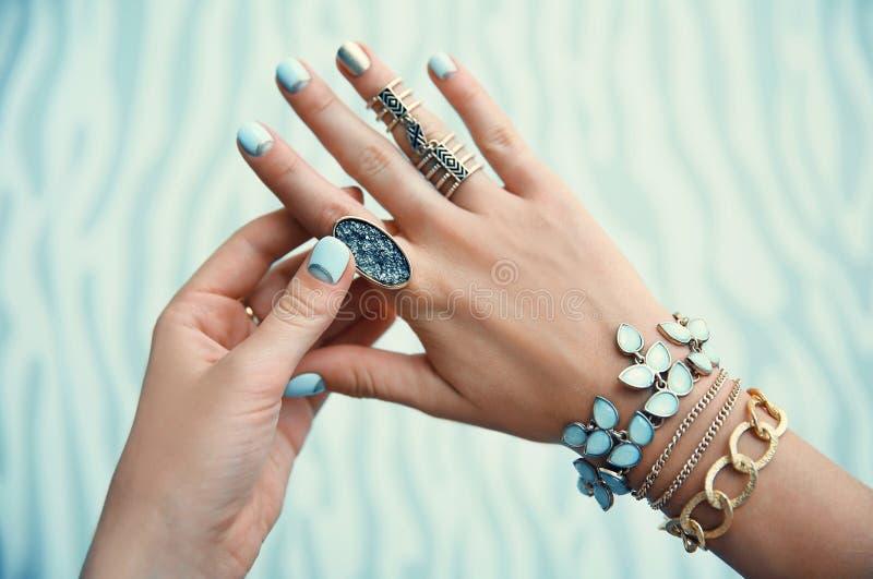 Wijfje met juwelen op kleurenachtergrond stock afbeelding