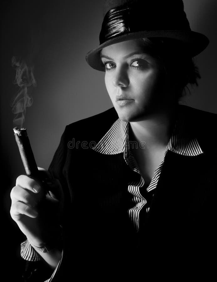 Wijfje met sigaar royalty-vrije stock afbeelding