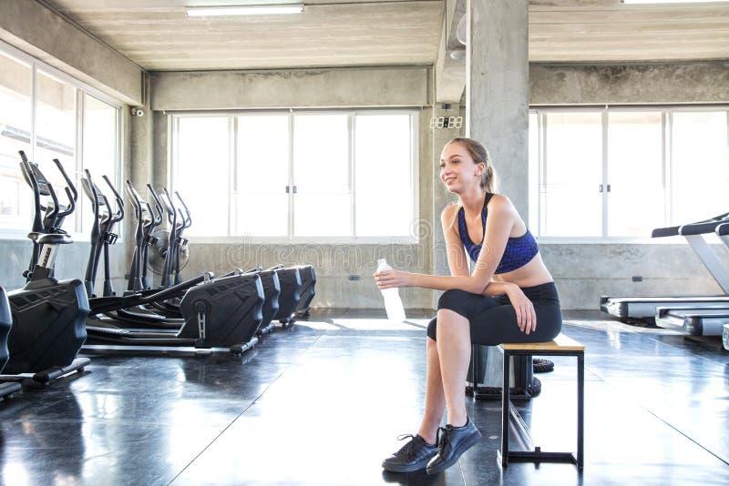 Wijfje na oefening Het jonge meisje rust na oefening Portret van mooie vrouwen in sportkleding De atleet verfrist zich met royalty-vrije stock foto