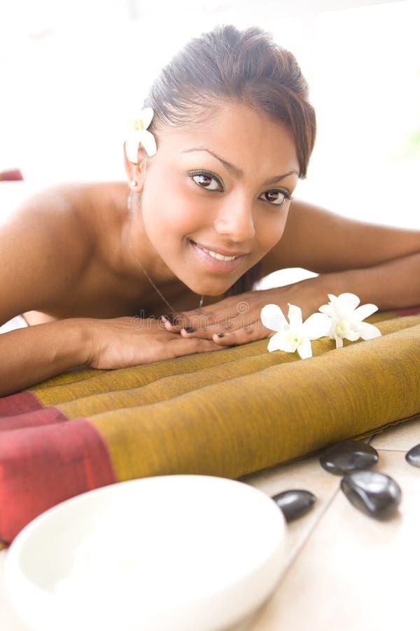 Wijfje op massagebed royalty-vrije stock foto