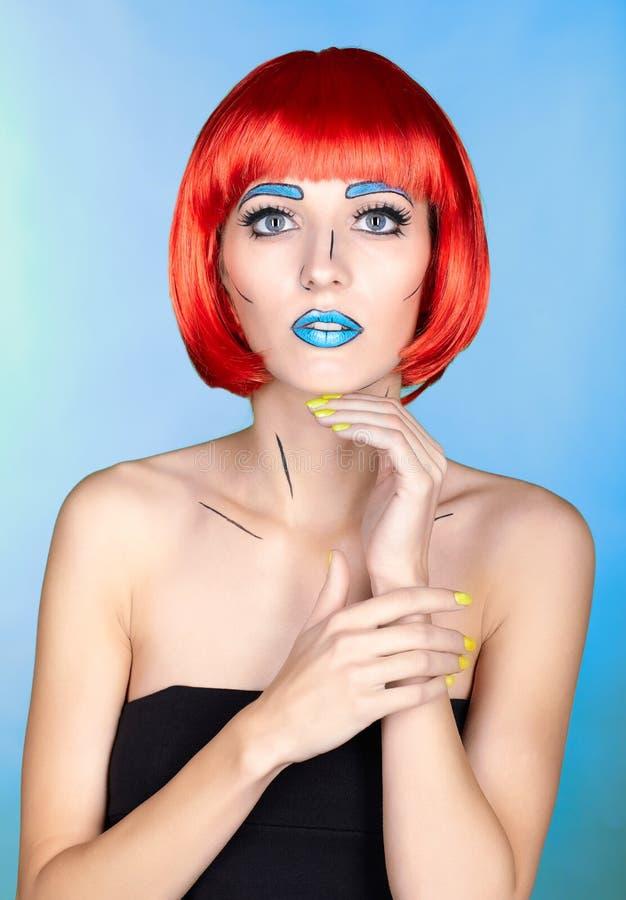 Wijfje in rode pruik en in de grappige stijl van de pop-artsamenstelling op blauwe bedelaars royalty-vrije stock fotografie