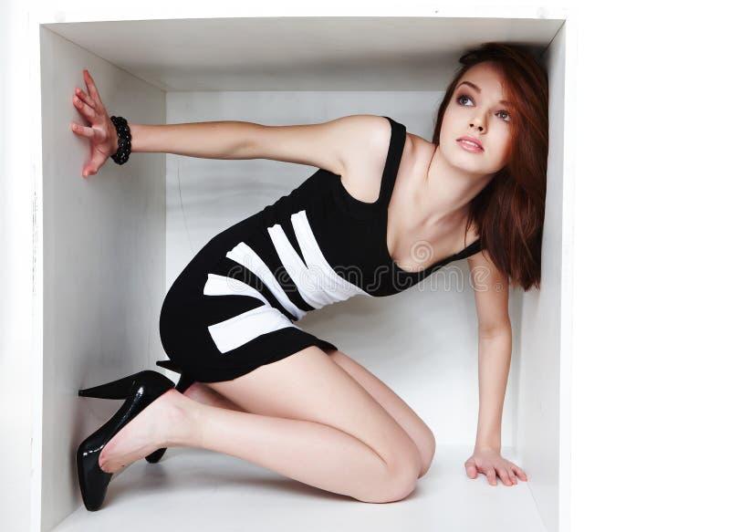 Wijfje in sexy zwarte kleding stock foto