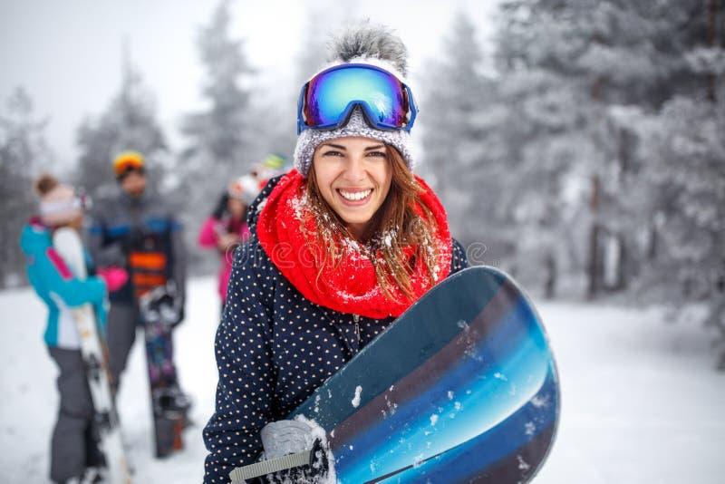 Download Wijfje Snowboarder Op De Wintervakantie Stock Foto - Afbeelding bestaande uit persoon, koude: 107706832