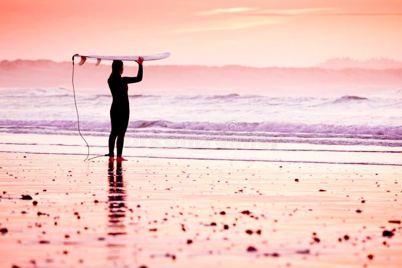 Wijfje surfer royalty-vrije stock afbeeldingen