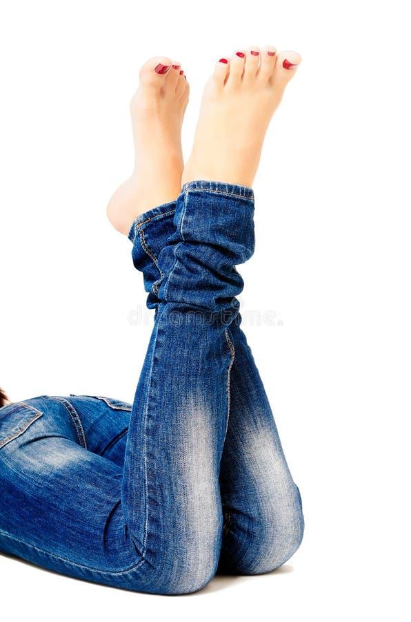Wijfje verzorgde benen in jeans royalty-vrije stock afbeeldingen