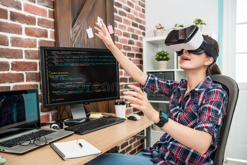 Wijfje wat betreft lucht door virtuele werkelijkheid te dragen royalty-vrije stock afbeeldingen