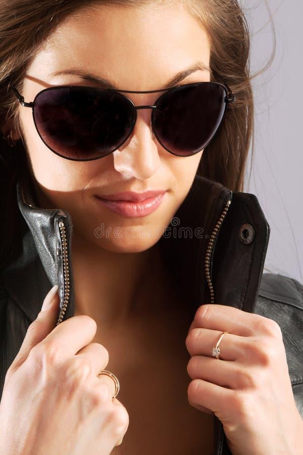 Wijfje in zonnebril royalty-vrije stock afbeelding