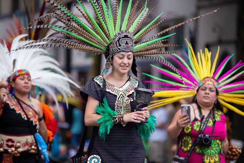 Wijfjes in Azteekse traditionele kostuums royalty-vrije stock afbeeldingen