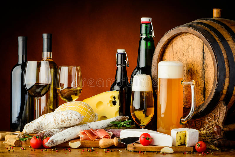 Wijn, bier en voedsel stock foto's