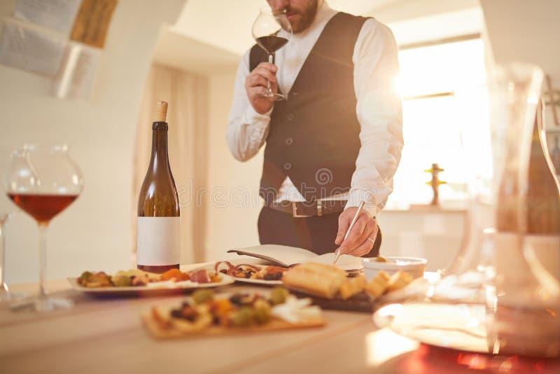 Wijn die Deskundig proeven stock afbeeldingen
