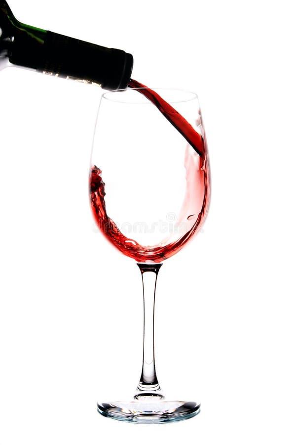 Wijn die in een wijnglas wordt gegoten royalty-vrije stock afbeeldingen