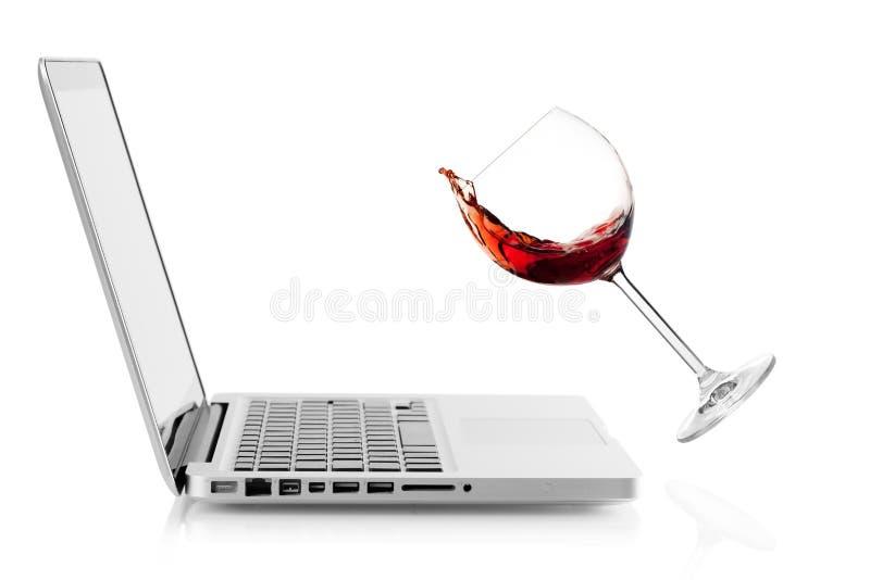 Wijn die op laptop valt royalty-vrije stock afbeelding