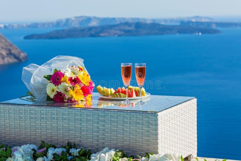 Wijn en bloemen op het overzees stock foto
