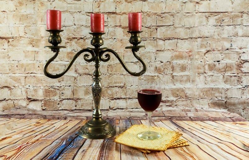 wijn en matzoh het Joodse Joodse brood van passoverkaarsen royalty-vrije stock afbeelding