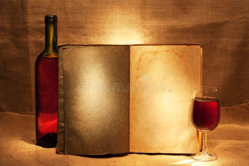 Wijn en open boek royalty-vrije stock afbeeldingen