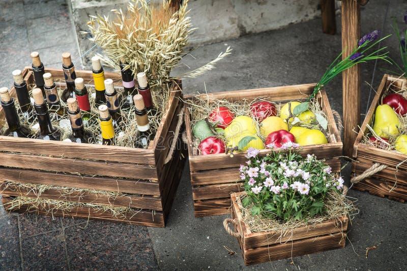 Download Wijn In Flessen, Appelen, Peren Stock Foto - Afbeelding bestaande uit dozen, decoratie: 107703012