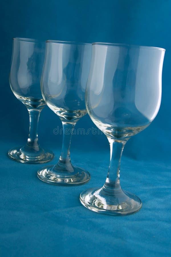 Wijn glasse op blauw stock foto's
